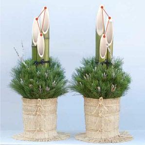 門松の左右. 3本組の竹の、2番目に長い竹がそれぞれ外側になるように置きます。 5本組の場合も同様に三角形の向きを参考にして設置してください。